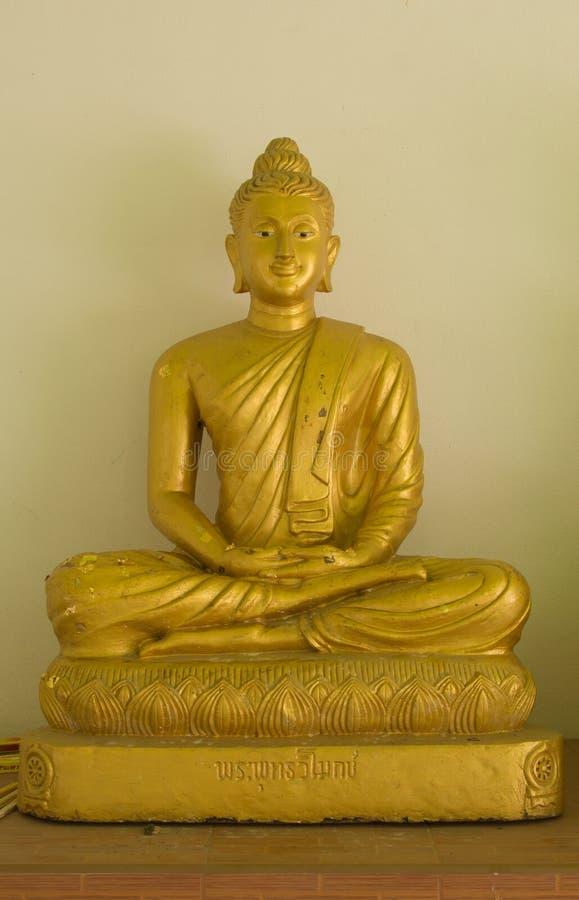 Glühender goldener Buddha im watkhaoruak Phichit, Thailand stockbild