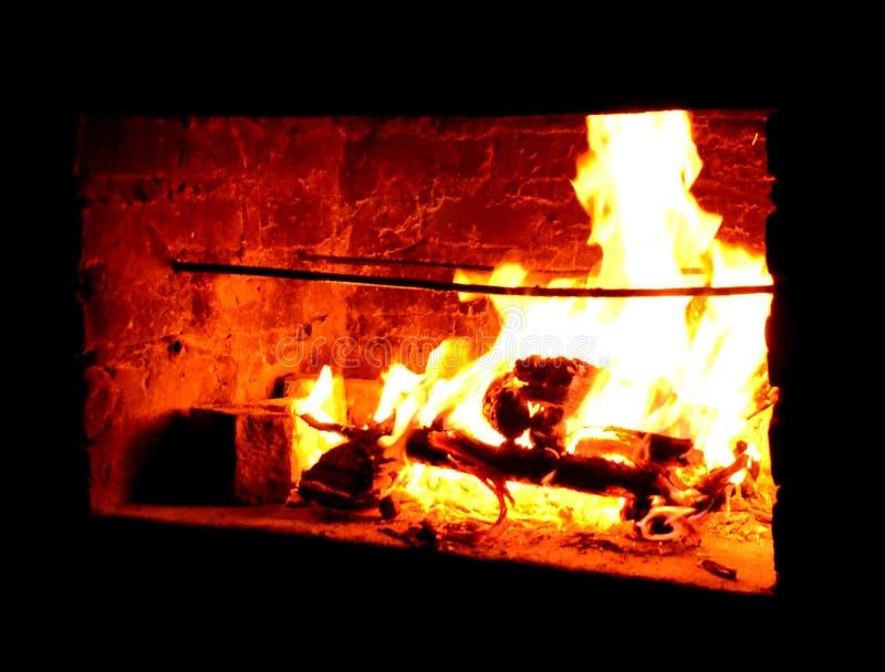 Glühender heißer Kamin im Freien lizenzfreies stockfoto