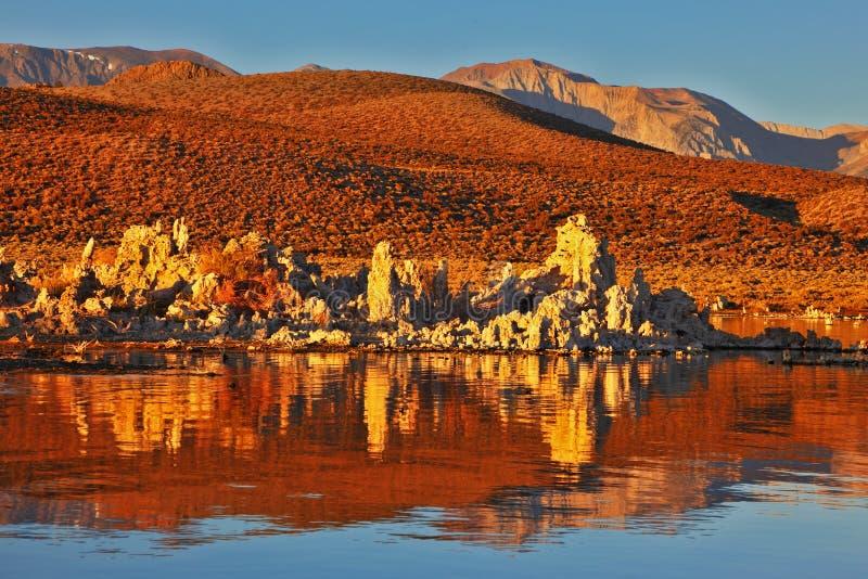 Glühender orange Sonnenuntergang am Monosee lizenzfreies stockbild
