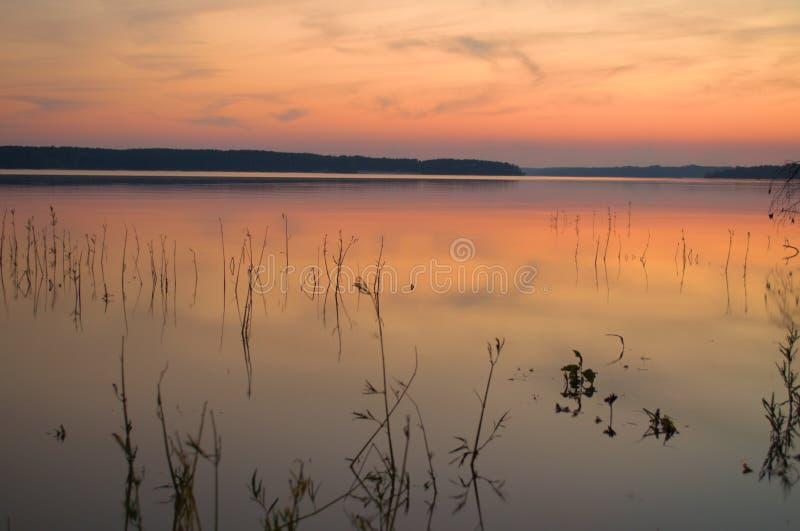 Glühender Sonnenuntergang auf dem See lizenzfreie stockbilder