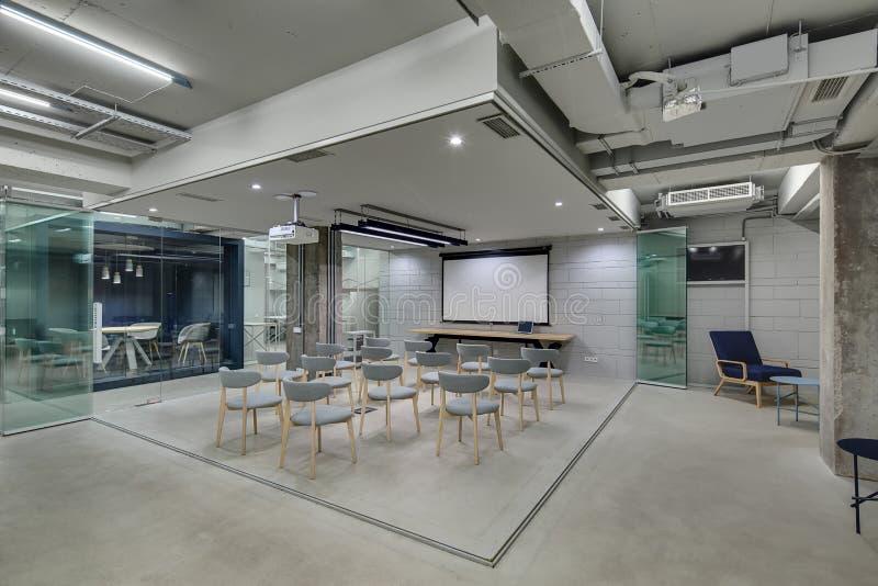 Glühendes Büro in der Dachbodenart lizenzfreie stockfotos