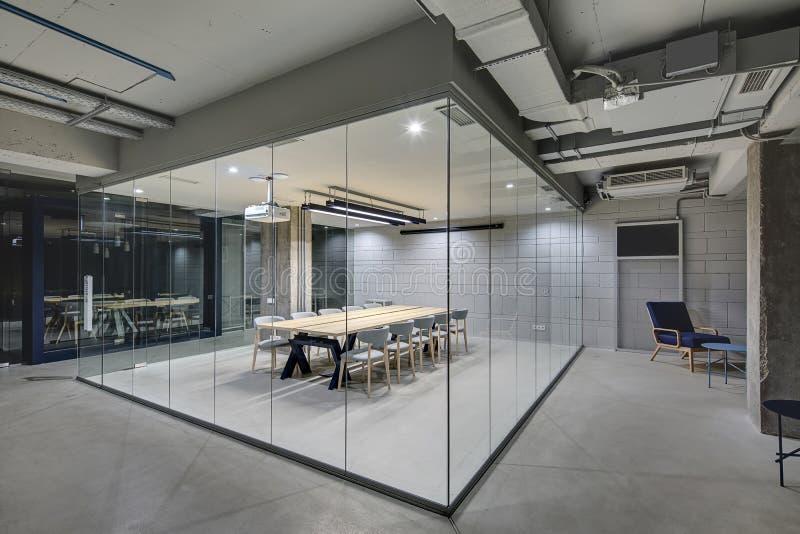 Glühendes Büro in der Dachbodenart lizenzfreies stockfoto