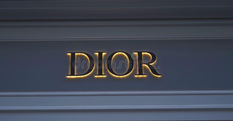 Glühendes Logo auf der Wandmarke DIOR stockfotografie