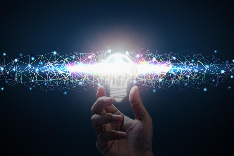 Glühlampe über Banknoten Männer übergeben das Halten der Glühlampe Polygonfarblinie lizenzfreie abbildung