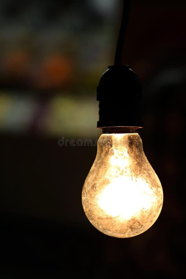 Glühlampe, alter Glühlampe Bereich auf einer schwarzen Hintergrundnachtzeit stockfoto