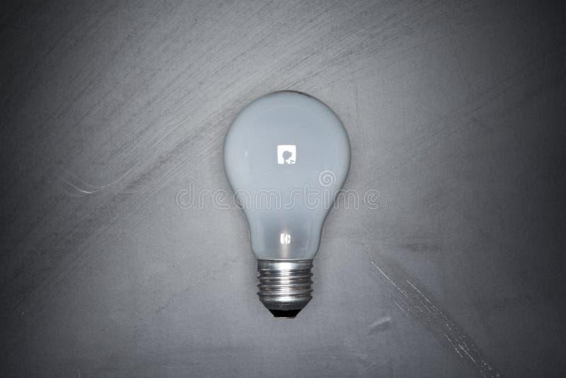 Glühlampe auf schwarzem Tafelhintergrund lizenzfreies stockbild