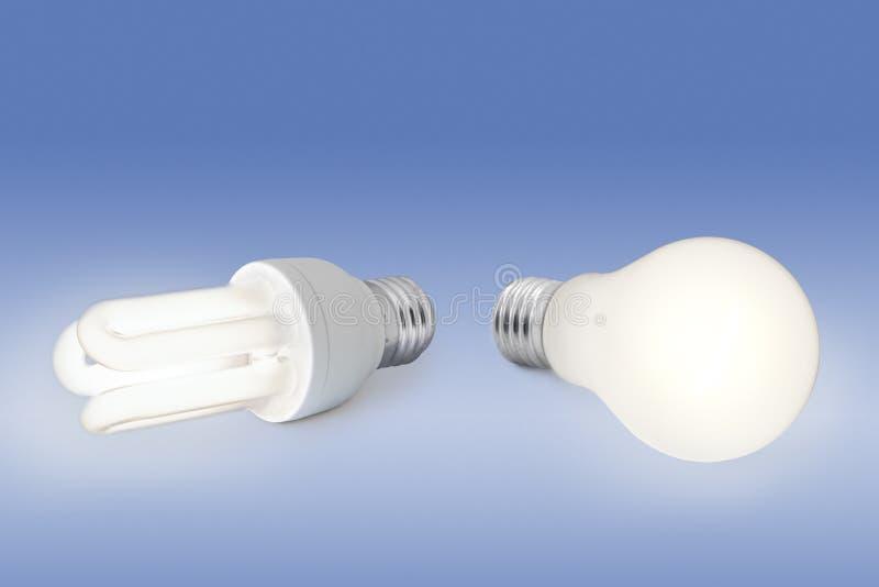 Glühlampe der niedrigen Energie gegen normale Glühlampe lizenzfreies stockfoto