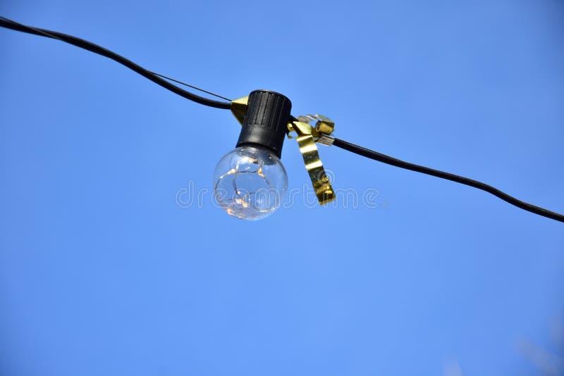 Glühlampe des Festivals gegen einen blauen Himmel lizenzfreie stockfotografie