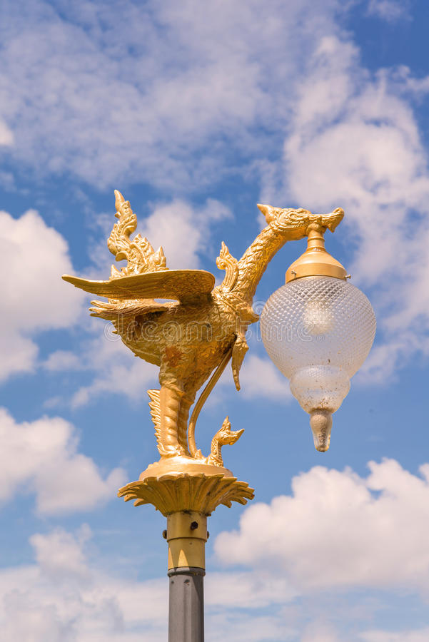 Glühlampe des goldenen Schwans mit Hintergrund des blauen Himmels stockbild