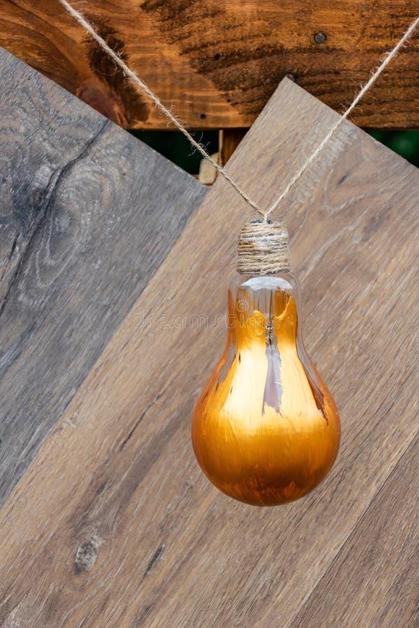 Glühlampe herein gemalt mit der goldenen Farbe benutzt für Dekoration stockbild