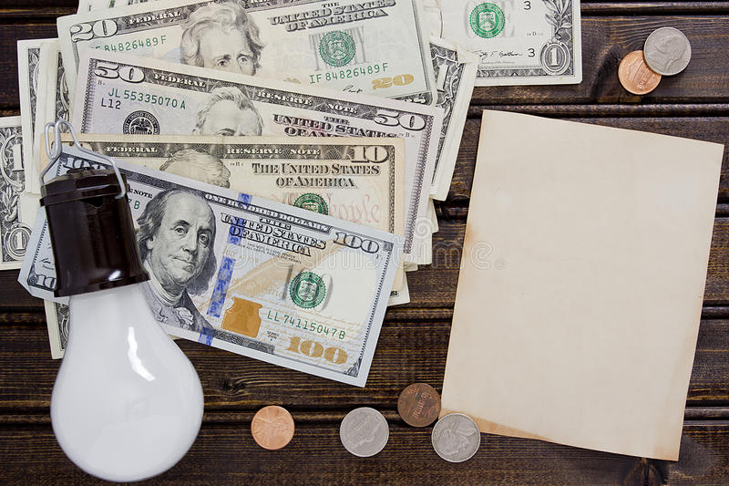 Glühlampe mit Dollar lizenzfreie stockbilder