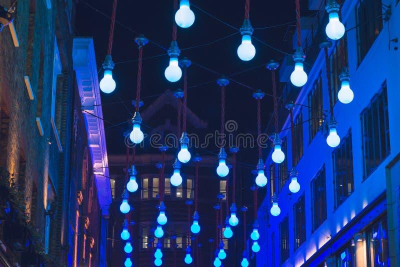 Glühlampe Weihnachtslichter, die draußen hängen lizenzfreie stockfotos