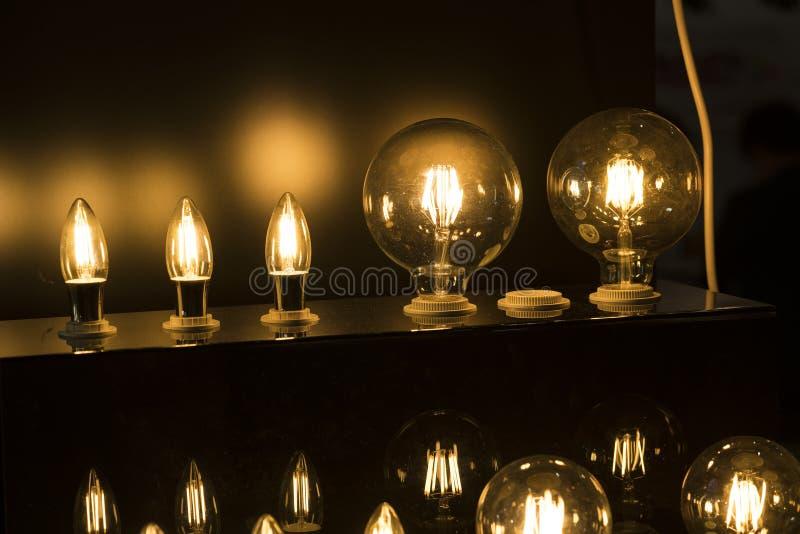 Glühlampefall LED von der Decke stockbilder