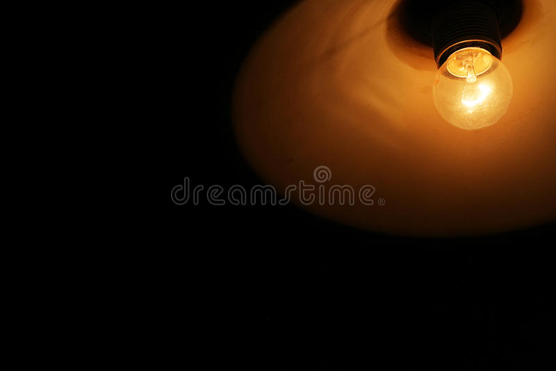 Glühlampelichter in der Dunkelheit stockfotos