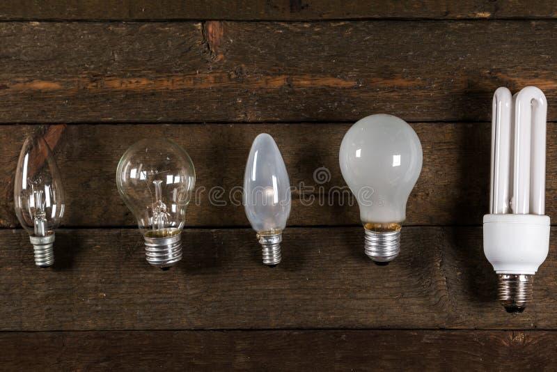 Glühlampen auf hölzernem Hintergrund lizenzfreies stockfoto
