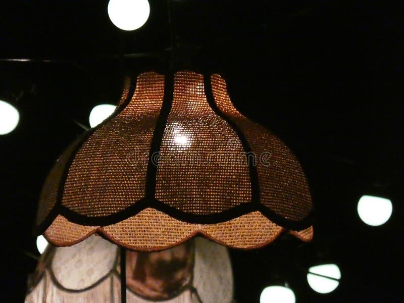 Glühlampen in der Nacht stockbilder