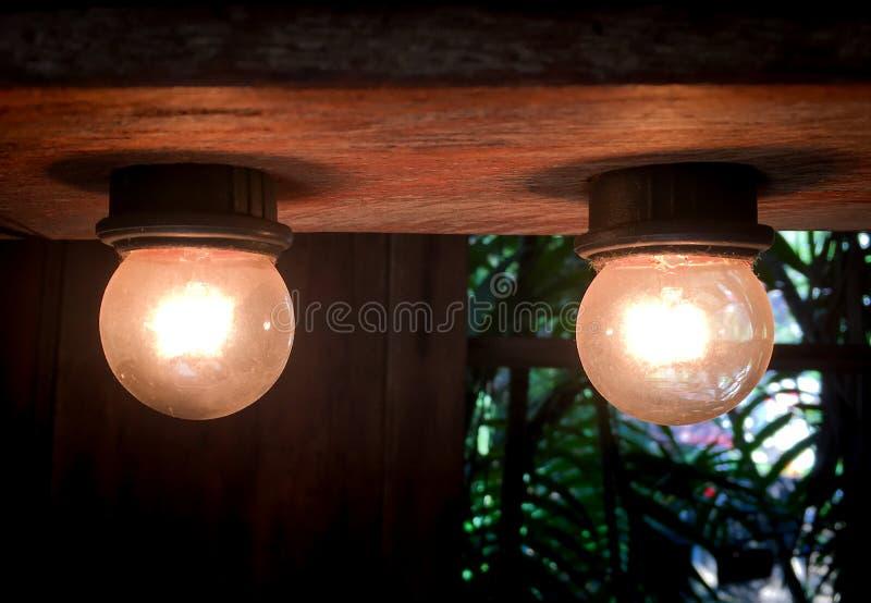 Glühlampen der Weinlese auf einer hölzernen Decke stockfotografie