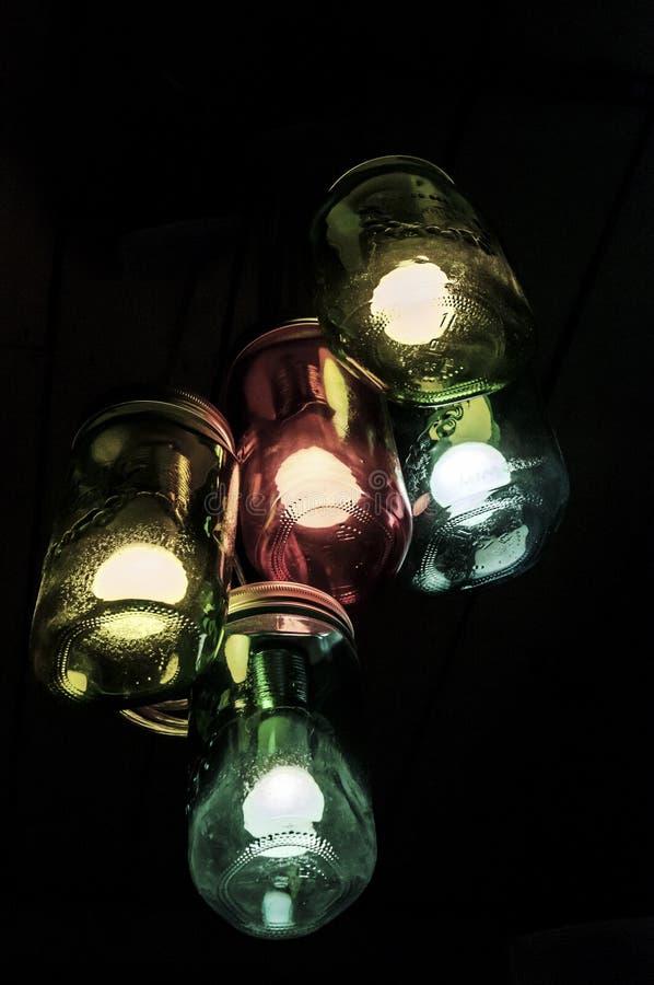 Glühlampen in farbigen Gläsern stockfoto