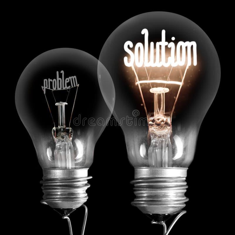 Glühlampen mit Problem- und Lösungskonzept lizenzfreie stockfotografie