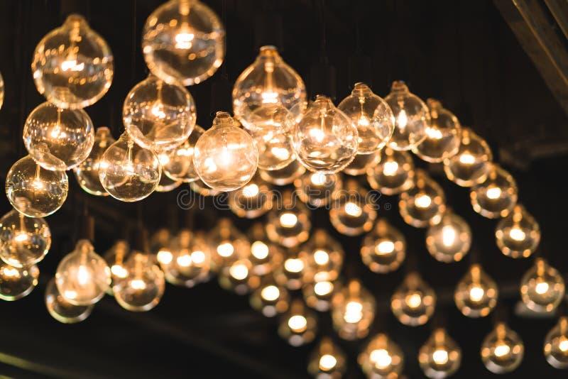 Glühlampen oder Lampen verziert auf der Decke, verdunkelter heller Ton, Weinleseinnenraumkonzept stockbilder