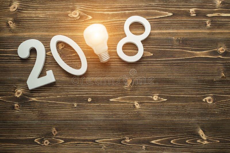 Glühlampen und weiße Nr. 2018 für neues Jahr und Feiertag conce lizenzfreies stockbild