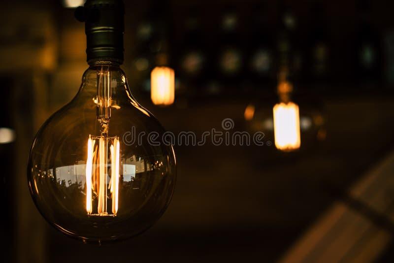 Glühlampenahaufnahme der Weinlese mit dunklem Hintergrund lizenzfreie stockbilder