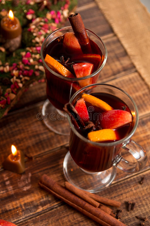 Glühwein mit Früchten und Gewürzen auf Holztisch Weihnachten GETRÄNK-Rezeptbestandteile des Winters Erwärmungsherum lizenzfreies stockfoto
