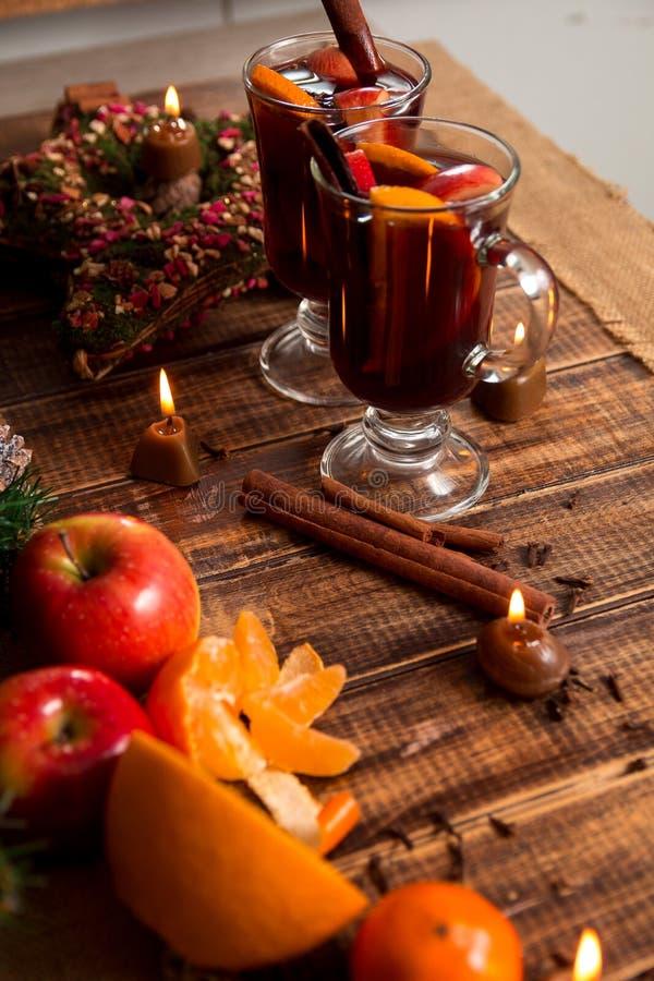 Glühwein mit Früchten und Gewürzen auf Holztisch Weihnachten GETRÄNK-Rezeptbestandteile des Winters Erwärmungsherum stockfotografie