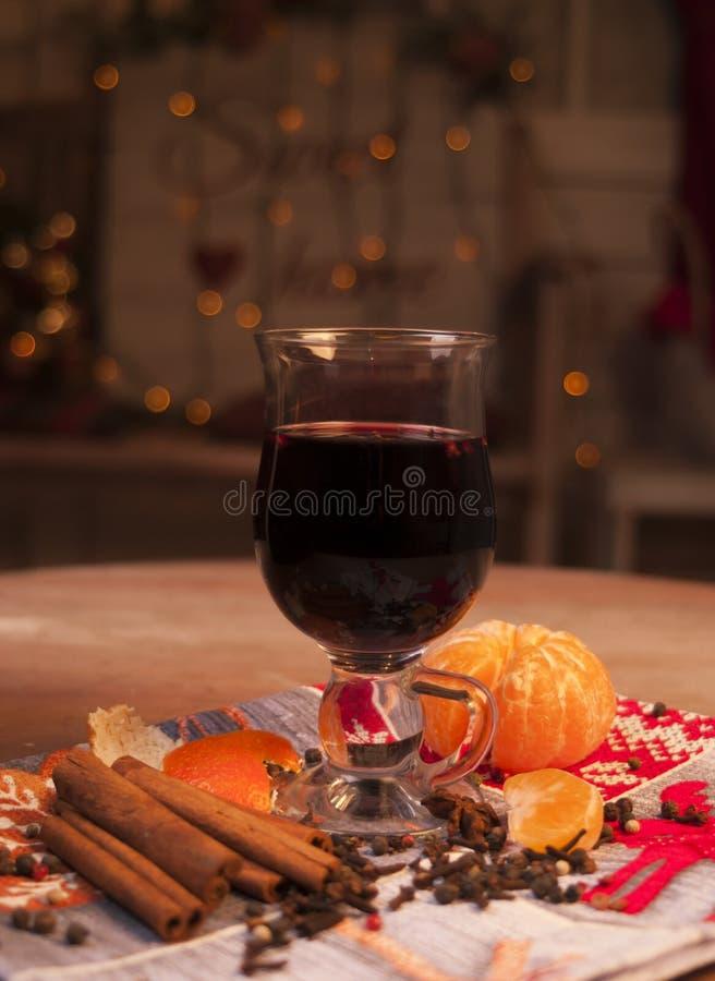 Glühwein mit Orange, Zimtstangen, Anis lokalisiert auf weißem Hintergrund lizenzfreies stockbild