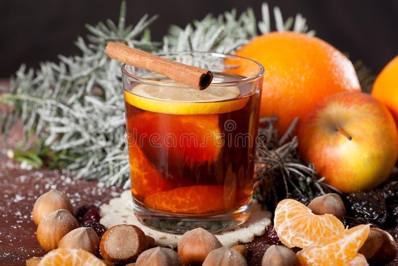 Glühwein mit Orangen und Gewürzen stockfotografie