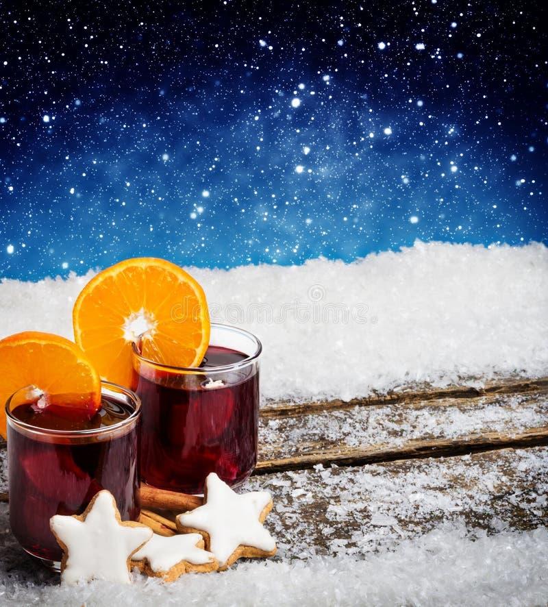 Glühwein mit Orangen- und Zimtsternen stockbilder