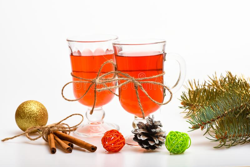 Glühwein oder Heißgetränk in den Gläsern mit Dekoration und Zimtstangen Weihnachten trinkt Konzept Gläser mit lizenzfreie stockfotos