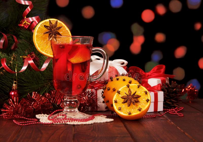 Glühwein-, Weihnachtsbaum und Geschenke auf abstrakter Dunkelheit lizenzfreie stockfotografie