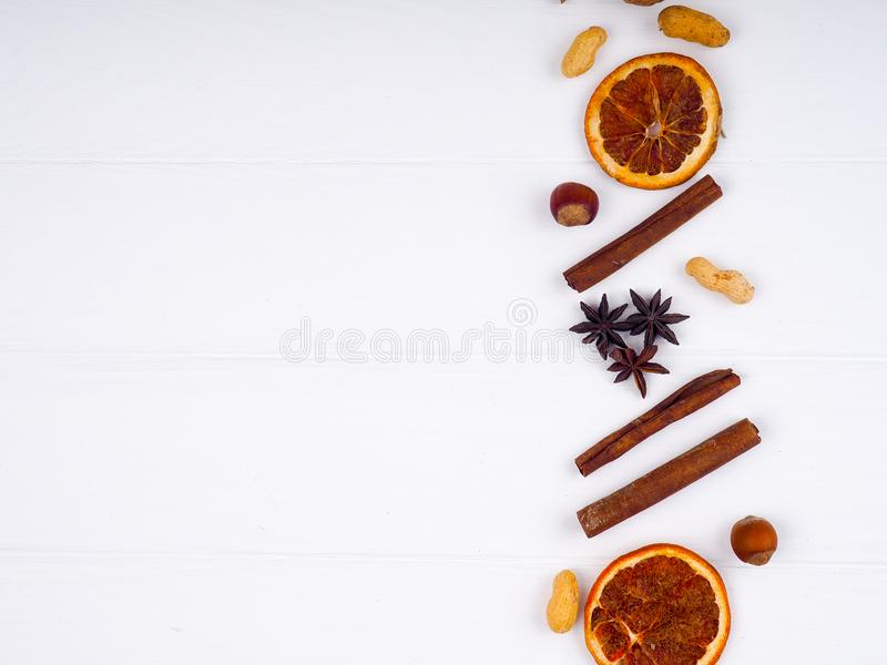 Glühweinbestandteilgewürze Anisorange, Zimt auf weißem Holztisch Draufsicht mit Kopienraum stockfoto