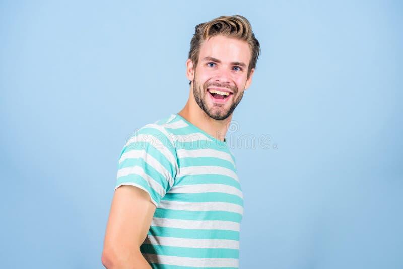 Gl?ck und Freude Nettes L?cheln Stimmungslachen Lächelndes Kerlmode-modell L?chelnder Gesichtsausdruck Gute Stimmung positiv stockfoto