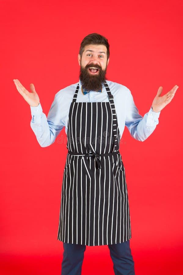 Gl?cklich, f?r Sie zu kochen B?rtiges Mannchefkochen Hippie, der Haus oder Restaurant kocht Modernes Caf?konzept Kochen modern lizenzfreies stockfoto