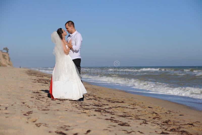 Gl?ckliche Braut und Br?utigam auf ihrem Hochzeitstag stockfotos