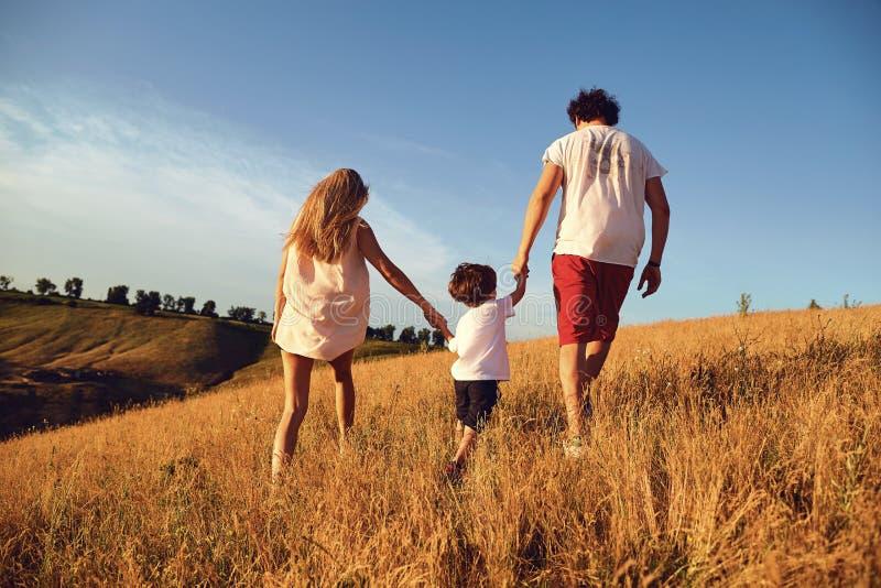 Gl?ckliche Familie, die den Spa? geht in der Natur hat lizenzfreies stockbild