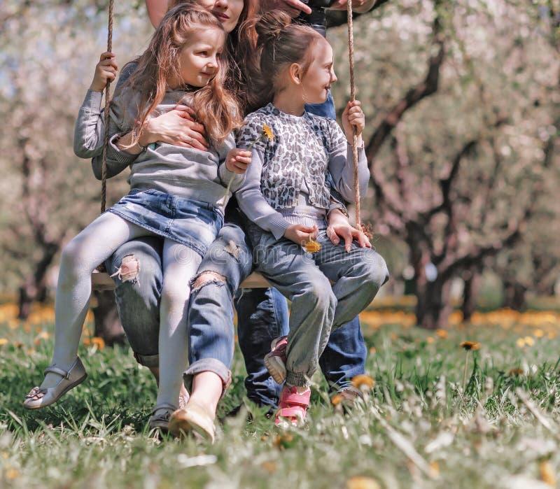 Gl?ckliche Familie, die im Fr?hjahr Garten stillsteht stockfotos