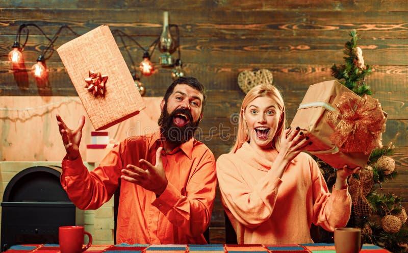 Gl?ckliche Familie, die zum neuen Jahr sich vorbereitet Weihnachtsurlaubsparty Geschenk des neuen Jahres Geschenkgef?hlkonzept Gu lizenzfreies stockfoto