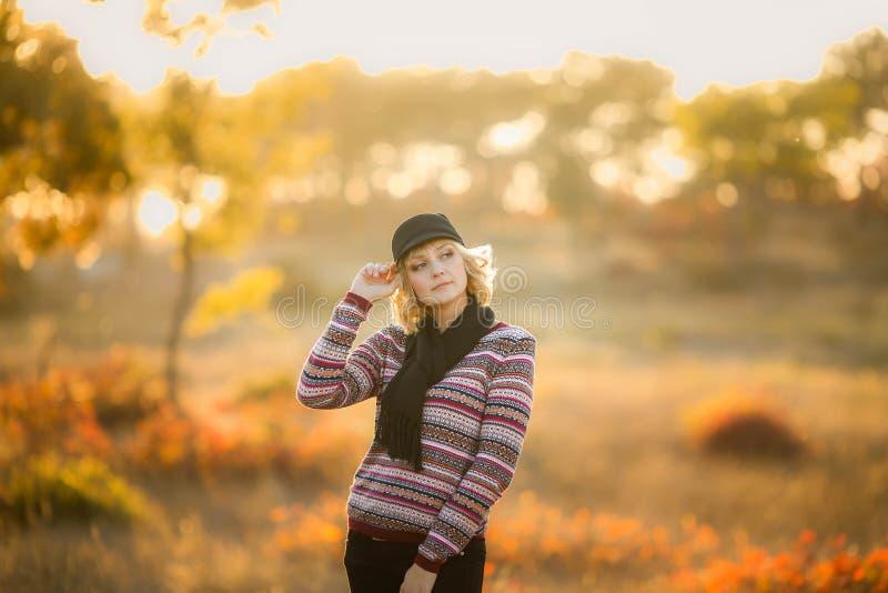 Gl?ckliche Familie: gehen das wenig Tochterspiel der Mutter und des Kindes, das auf Herbst streichelt, in Natur drau?en stockfoto