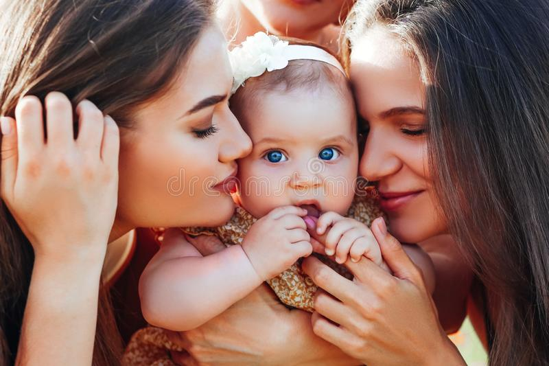 Gl?ckliche Familie mit Babykinderbabyweg in der Natur lizenzfreie stockbilder