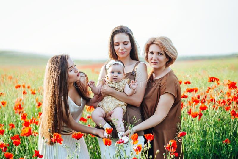 Gl?ckliche Familie mit Babykinderbabyweg in der Natur lizenzfreies stockfoto