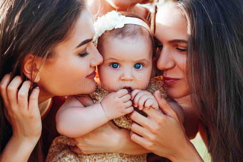 Gl?ckliche Familie mit Babykinderbabyweg in der Natur stockbilder