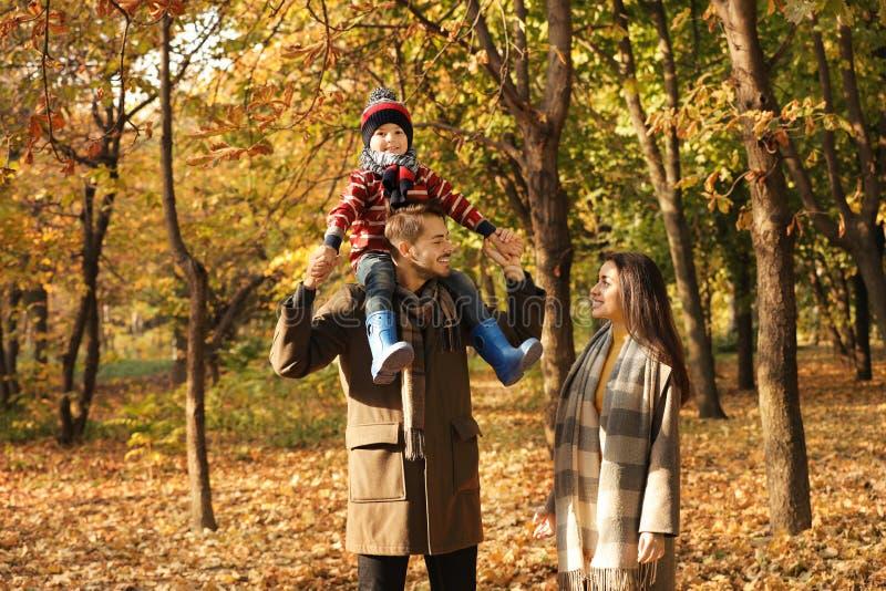 Gl?ckliche Familie mit Kind zusammen im Park stockfotos