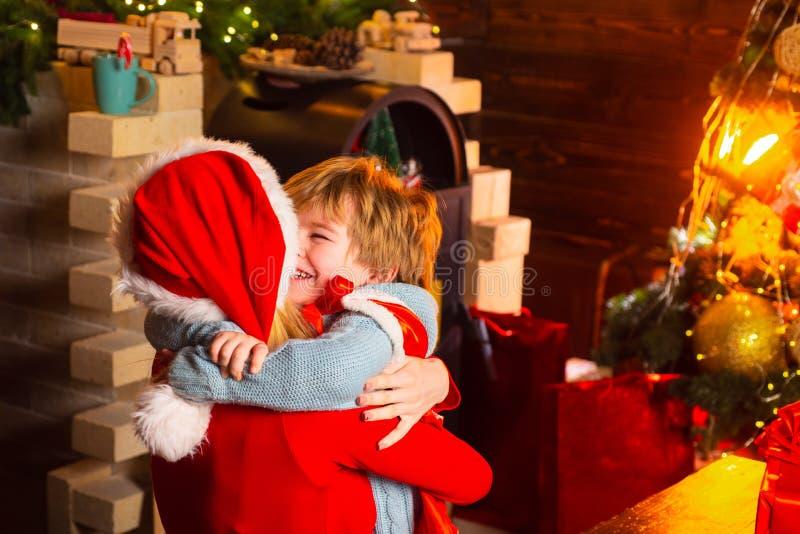 Gl?ckliche Familie Santa Claus-Kommen Entzückende freundliche Familie des Jungen der Mutter und des kleinen Kindes, die Spaß hat  stockfoto