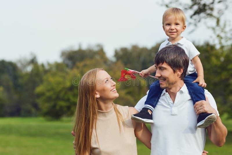 Gl?ckliche Familie zusammen im Sommerpark stockbild