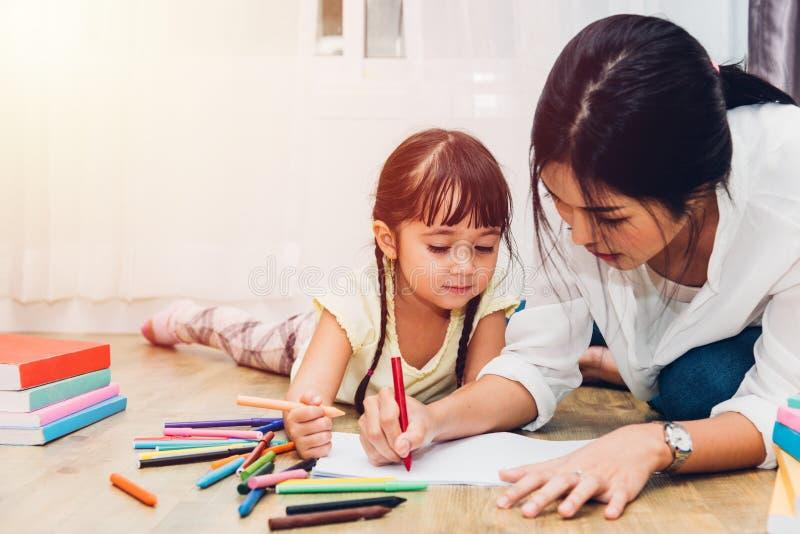 Gl?ckliche Familienkinderkinderm?dchenkindergartenzeichnungslehrerausbildungs-Muttermutter mit sch?ner Mutter lizenzfreie stockfotos