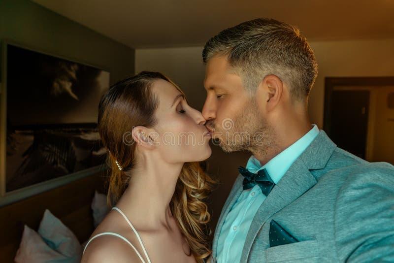 Gl?ckliche Hochzeitspaare stockfotografie