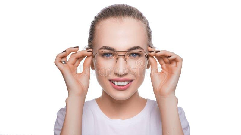Gl?ckliche Holding der Eyewear Glas-Frau, welche ihr die neuen Gl?ser l?cheln auf wei?em Hintergrund zeigt Sch?ner junger Kaukasi stockbilder
